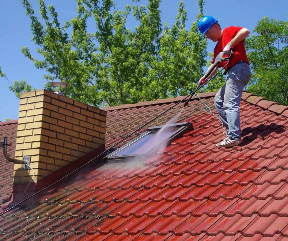 5 Benefits of Hiring a Roof Cleaning Service Company
