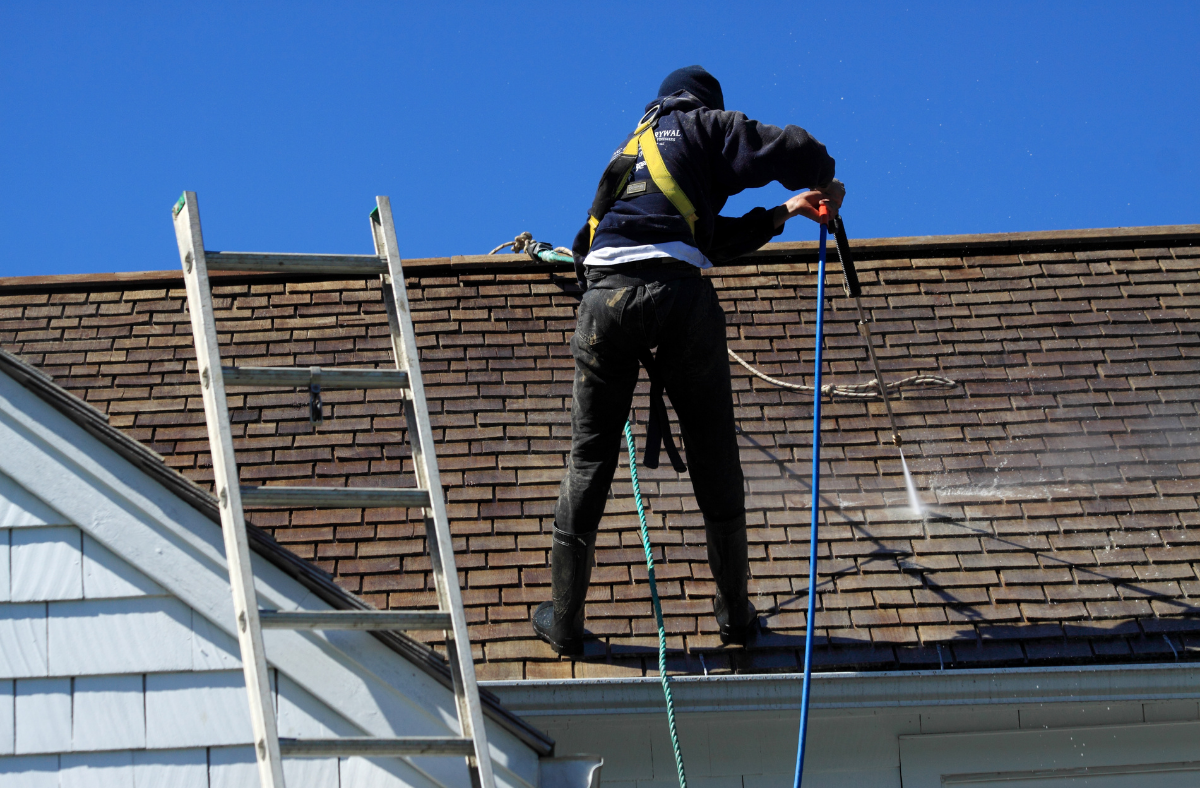 5 Do's and Don'ts in Cleaning Your Home's Roof